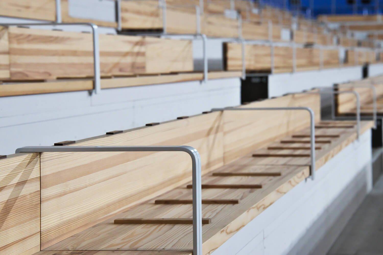 建物は大会後、都の中小企業向け展示会場に。三重県産のスギ集成材で作ったベンチなども再利用。