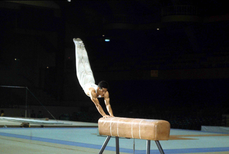 日本の男子器械体操は1960年ローマ大会以来78年まで世界選手権を含め、団体10連覇の偉業。通算メダル13個獲得の小野喬や、跳馬の山下跳びで有名な山下治広(写真)などが東京大会でも大活躍した。 写真提供:フォートキシモト。
