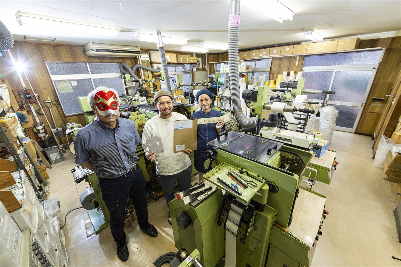 右から千容さん、努さん。ミナノカメンに扮するのは2代目で現社長の武さん。お面手作りキット「ミナノカメン」2860円。