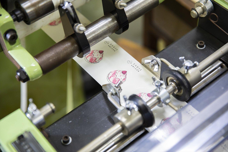 シール専用の凸版平圧印刷機を使用。