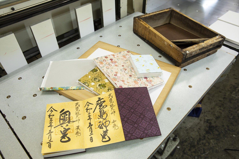 御朱印帳は工場で購入可。1冊1200円~。本文紙は両面使えるハイブリッド仕様。