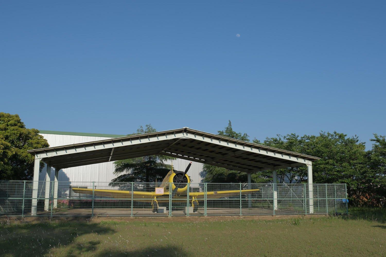 屋根で保護されており保管状況は良好。展示屋根が格納庫に見えた。