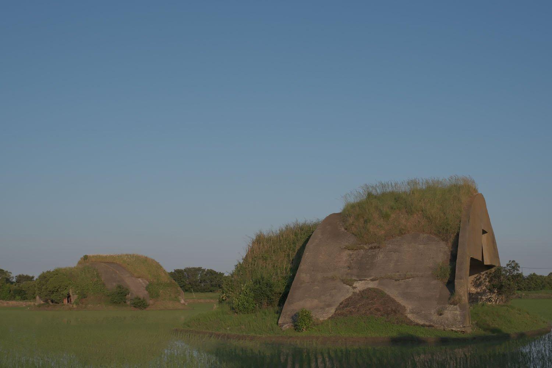 2基の掩体壕を背後から見るとそっぽを向いていた。