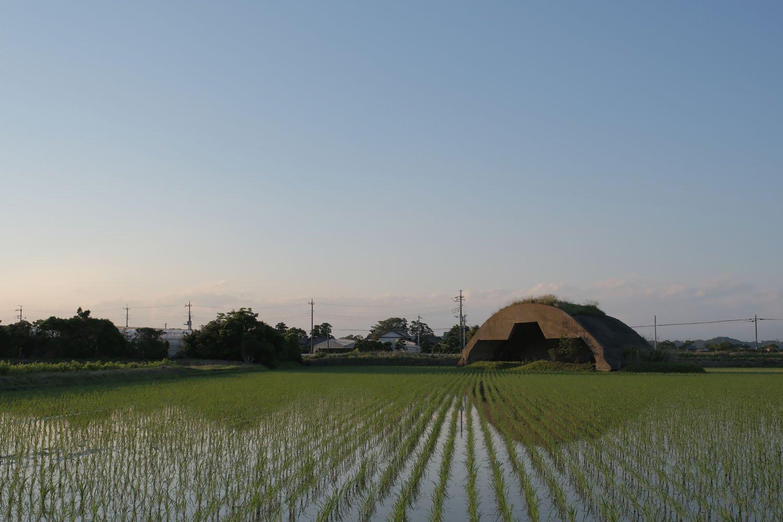 夕焼けで照らされる掩体壕。凸型が特徴的で、機首とプロペラ部分が入れるようにかき取られている。
