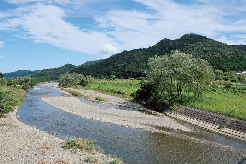 田沼駅からこの秋山川を渡れば城は近い。