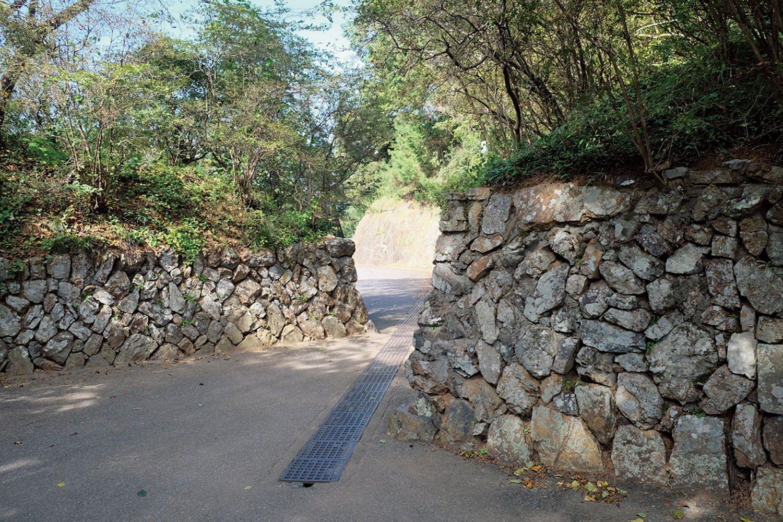 城の西側の喰違虎口となっている入り口。奥が見えにくい。