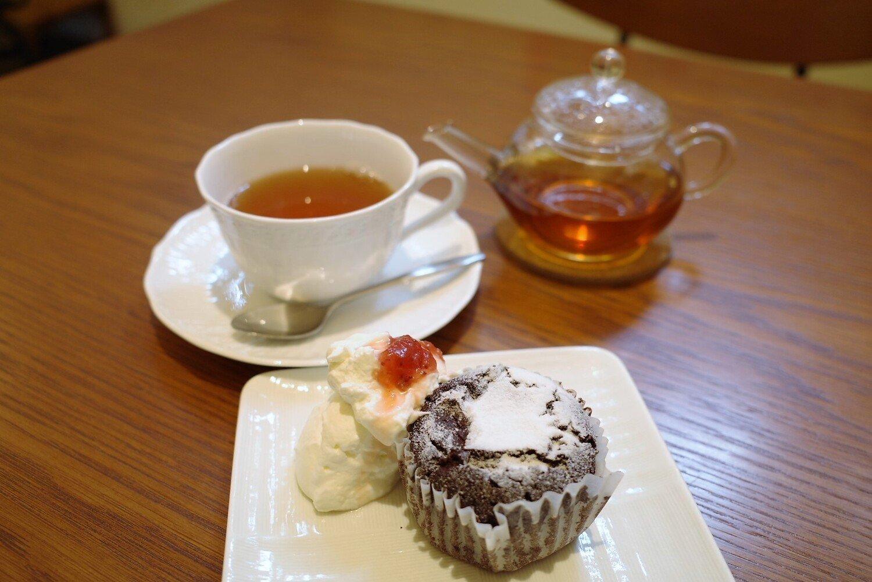 ケーキ類430円、和紅茶 400円。セットにすると800円。やわらかな香りの和紅茶とマッチするガトーショコラは2種類のチョコレートを合わせて作る。濃厚な生地はしっとりと甘い。生クリームかアイスクリームの好きなほうを添えてもらえる。