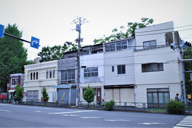 写真の右から3軒目、茶色いドアの建物が『Cafe 清澄』。門前仲町方面から見ると、海辺橋を渡ってすぐ。