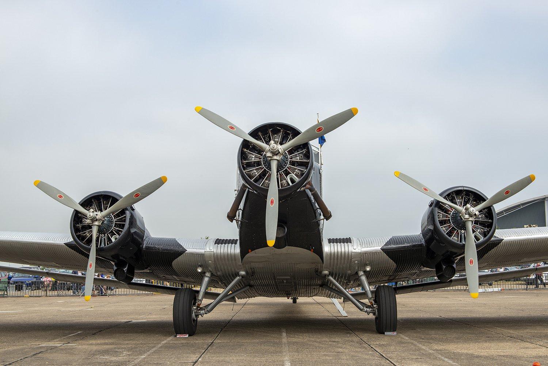 <星型エンジンの例>星型エンジンはほとんどが空冷で、ご覧のようにシリンダー部分が外気に触れる。旅客機も星型エンジンが多く、これは英国のエアショーで飛行した、ルフトハンザのユンカースJu52旅客機の動態保存機。