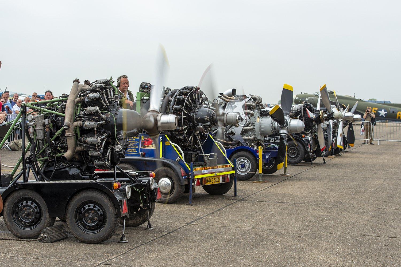 <星型エンジンの例>手前の3つのエンジンが星型。シリンダーが放射状になっているのが分かる。この写真は英国のエアショーで撮影したもので、航空機エンジン愛好家がひたすらエンジンを回してワイワイする小イベント。