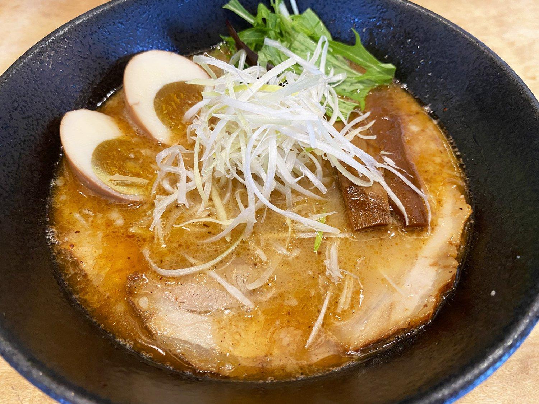 らぁめん 醤油750円。60×60cmの寸胴鍋に17〜25kgの素材を投入し、22時間煮込んだ濃厚スープと、魚介を使った特製オイルのバランスがたまらない。