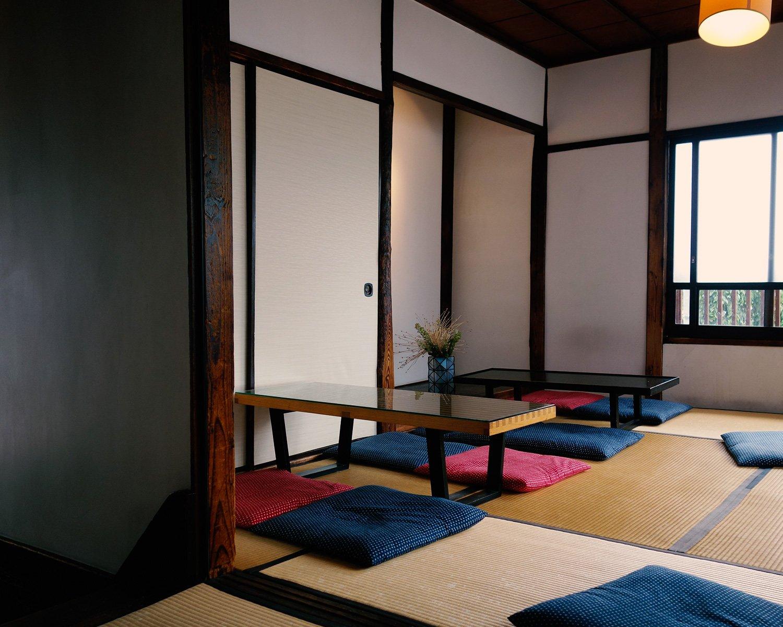 天気の良い日は、2階席がおすすめ。光と風が心地よく通り抜け、時間を忘れてのんびりできる。