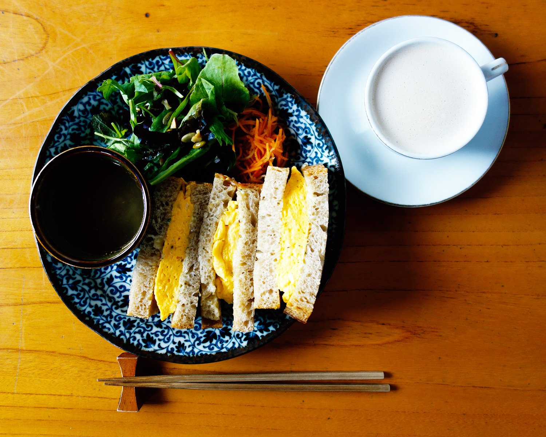 人気メニューのたまごサンド1000円と、先代から引き継いだココア入りのアレンジコーヒー、ルシアン600円。