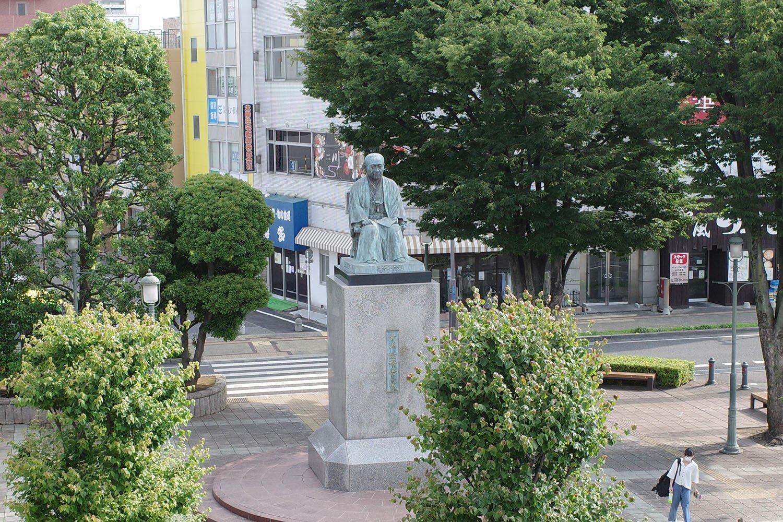 JR深谷駅北口の青淵の広場にある渋沢栄一像