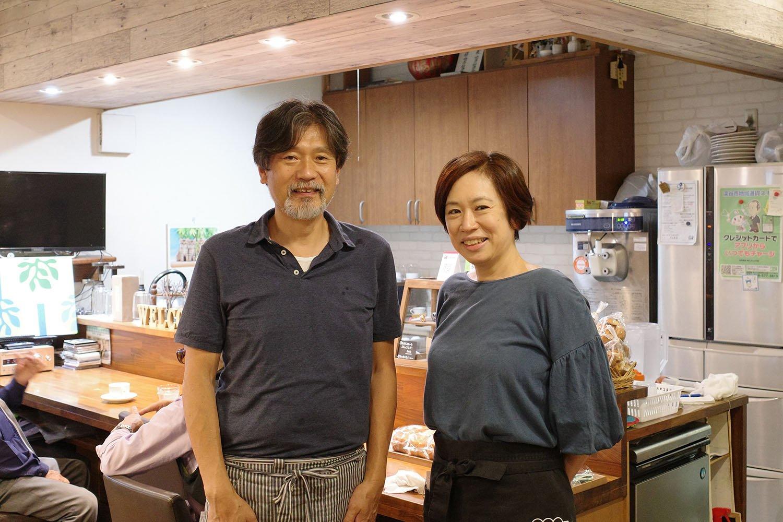 店を切り盛りする岡村さんご夫婦。