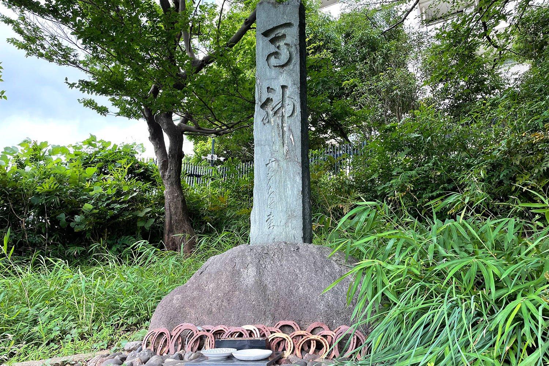 住宅街の一角に歴史を感じさせる石碑がひっそりと。