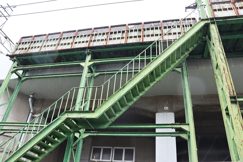 「裏側」でつながる暗渠と階段。