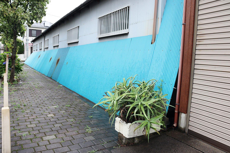 「アロエの背後のブルーのトタンは、川を意識しているのかな」と、吉村さん。