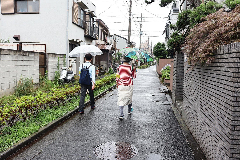 千間堀を歩いていく暗渠マニアックスのお二人。