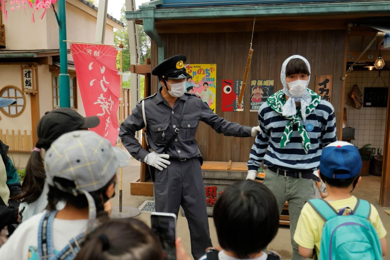 ドロボーは見事に捕まり、子供たちにかこまれた(笑)。