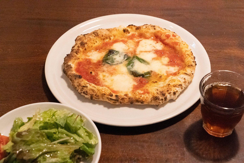ランチのAセットはピッツァかパスタを選べる。サラダとアイスピーチティーがついて950円。