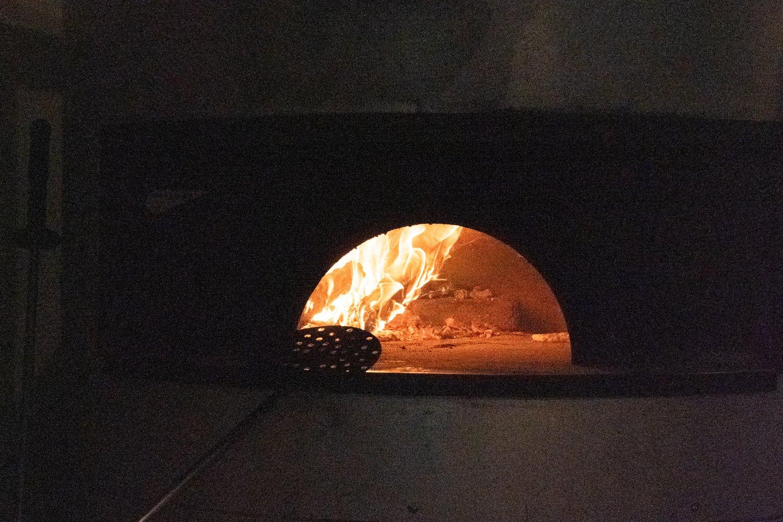 大きな窯だが、一度に焼けるのは2枚ずつ。
