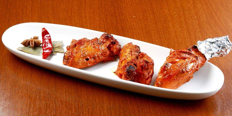 ヨーグルトとスパイスに漬けたタンドリー・チキン(3個)1200円は、人気の味。