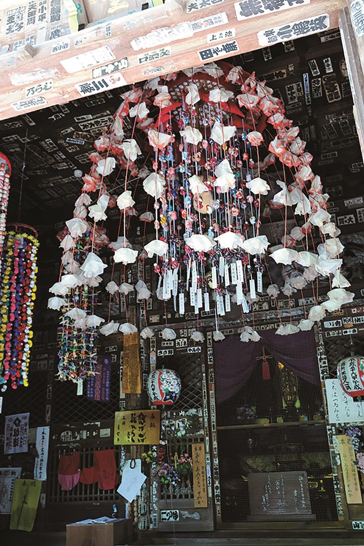 「二十番法王山岩之上堂」は秩父札所の中では最も古い建物。江戸初期に建てられ、宝永 年間(1704〜1710)には観音堂の彫刻の補修を行った。木々に囲まれた佇まいがいい。