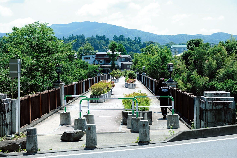 現在の秩父橋ができるまで使われた二代目の旧秩父橋。昭和6年(1931)に完成し、現在は橋上公園。すぐ隣には明治18年(1885)に完成した初代秩父橋の橋脚だけが残る。