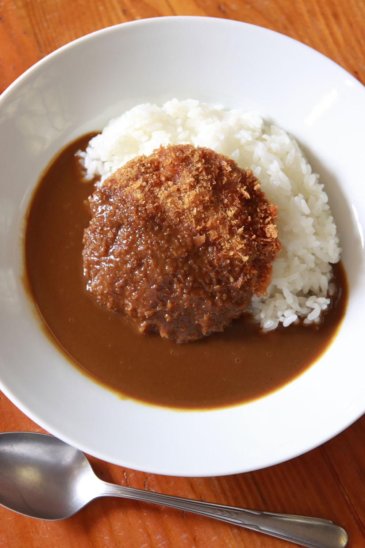 メンチカレーライス950円は馬肉メンチ+馬肉カレーの合わせ技。馬の味を尊重し、野菜なしの欧風カレーのようだ。