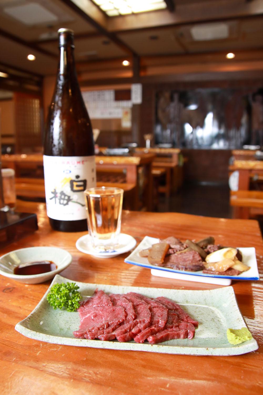上馬刺し1320円、肉皿(煮込み)550円、うめ割300円が看板セットだ。
