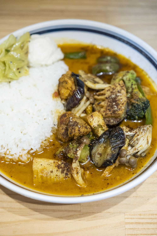 ヨーグルトとスパイスでマリネしたタンドリーチキン、ナスやブロッコリーなど素揚げした具も絶品のチキン野菜カレー980円。