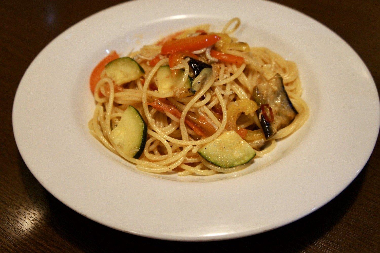 この日のパスタは、アンチョビと夏野菜のアーリオオーリオ。ランチメニューはAコース1000円と、Bコース1200円の2種類。