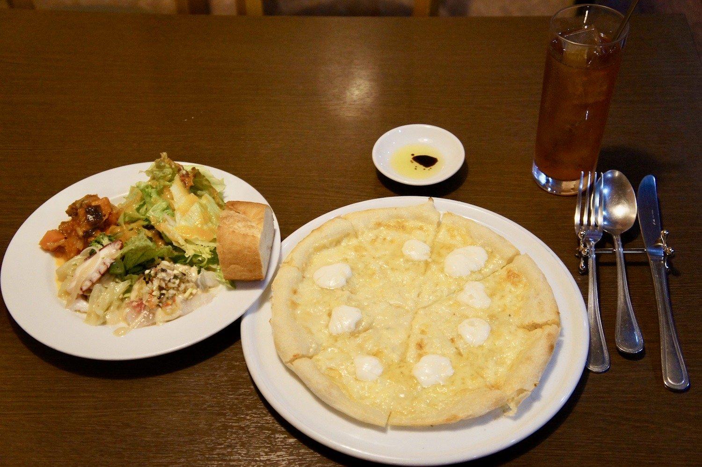 この日のBコースメニュー、四種チーズのピッツァ。前菜も惜しみのないボリュームだ。
