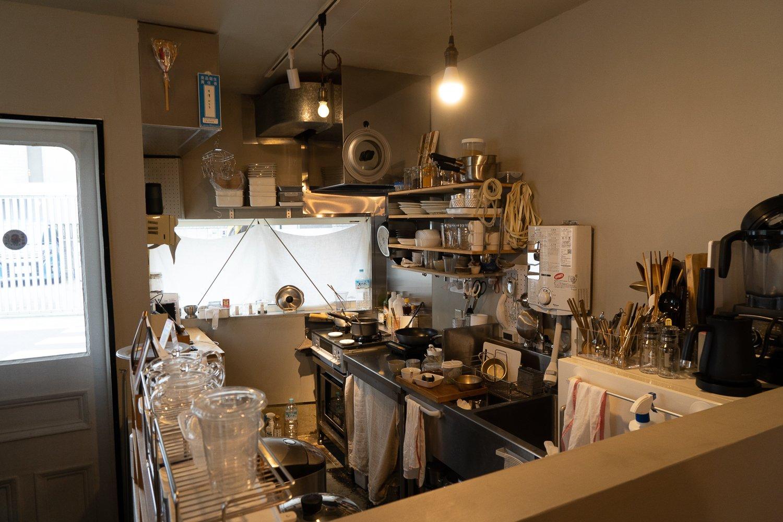 入口すぐの場所にキッチンがあり、テイクアウトは窓からやりとりしている。
