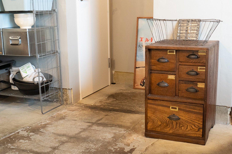 西荻窪の古道具屋とリサイクルショップで買い揃えた家具が印象的なインテリア。