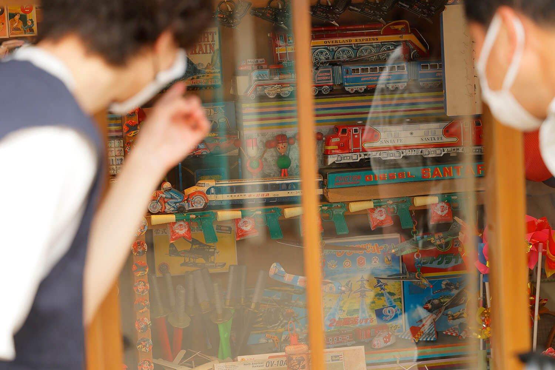 細部までこだわられた「夕日の丘商店街」。 往年のおもちゃに思わずキュン。