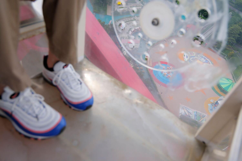 足元を見るとちょっぴりスリル。てか、あれ? 壮吾くんの靴のカラーリングってあの新幹線といっしょじゃない!?