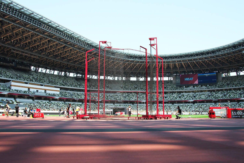 中央の赤い投てき競技用フェンス柵が目立つフィールド。