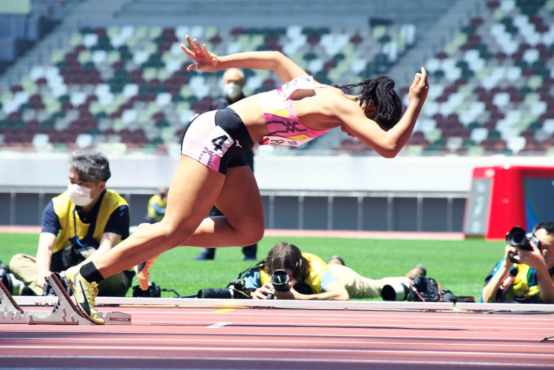 短距離走者がスターターの合図でスタート。トラック競技はハードルなど男女25種目。