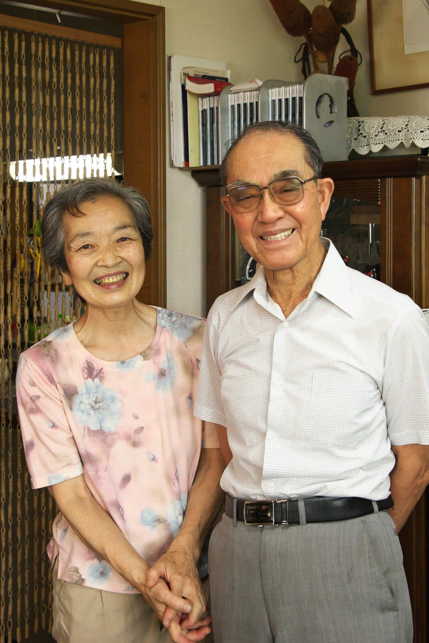 奥様と笑顔の野崎さん。スターター一筋で研究に励み、競技用スターター装置など特許も取得。明星大学名誉教授で東京オリンピックコレクターだ。