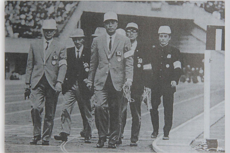 任務を終えて退場するスターター。右から2番目が野崎氏。補助審判員として号砲のタイミングを計った。