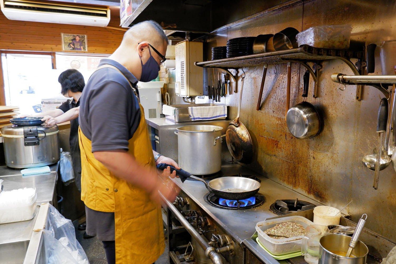 厨房に立つ店主の梶田さん。