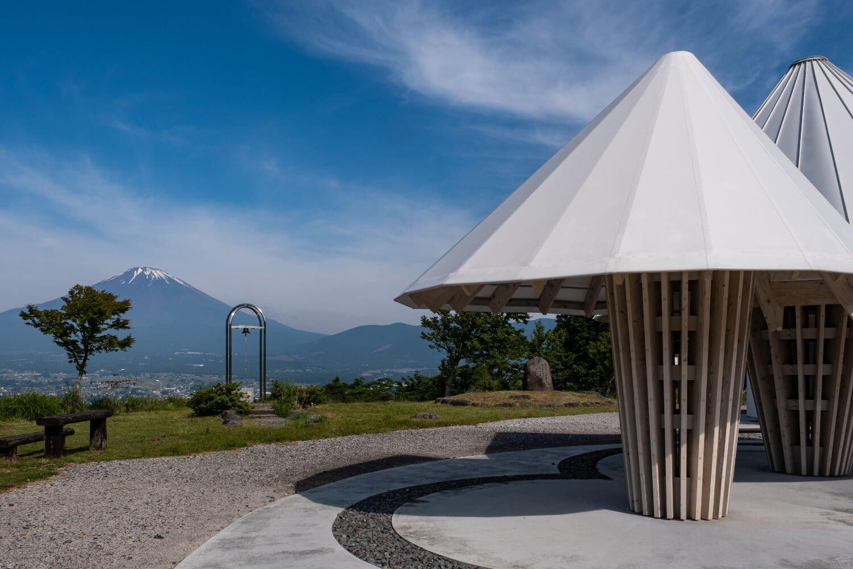 金太郎富士見ライン沿いの誓いの丘公園。東屋の設計は隈研吾建築都市設計事務所によるもの。