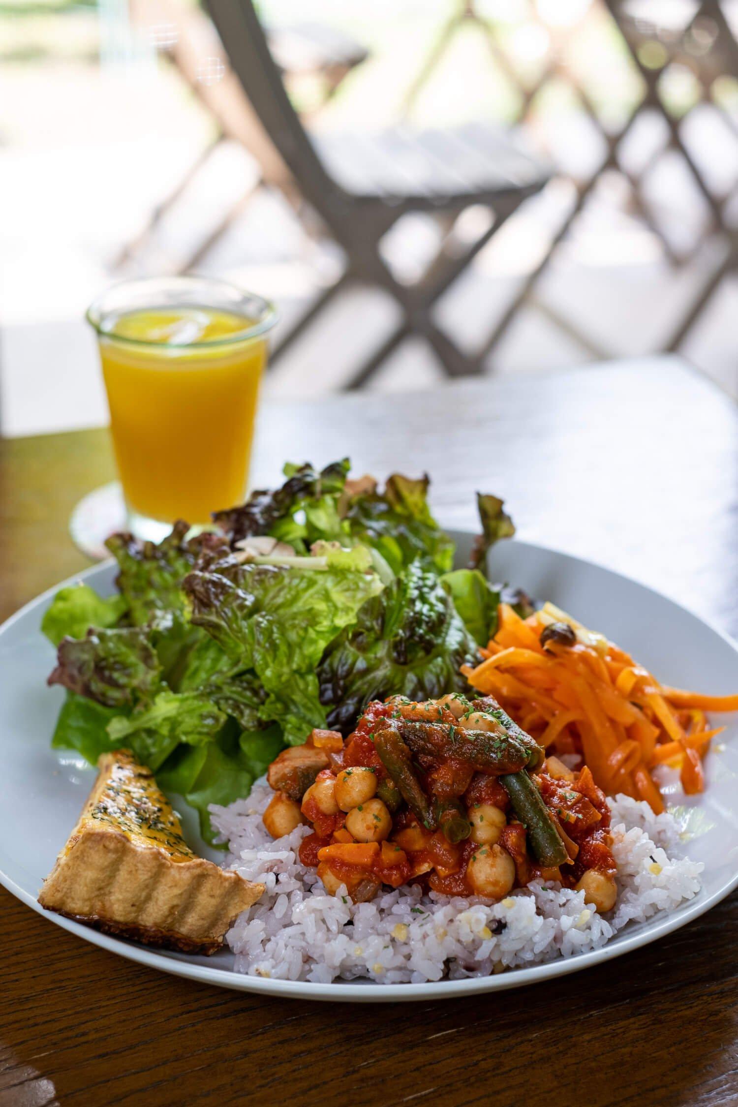 雑穀米の上にひよこ豆のトマト煮がのったランチの定番メニュー。