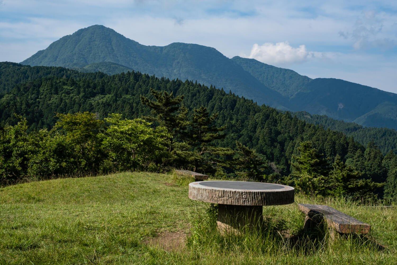 足柄城跡から見た金時山。左側が盛り上がった特異な山容が目印だ。