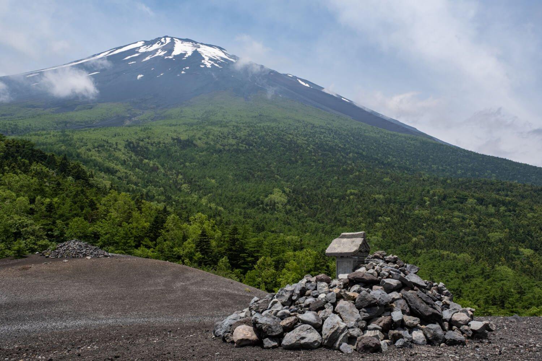 砂礫(されき)に覆われ荒涼とした光景が広がる小富士から富士山の山頂方面を仰ぎ見る。