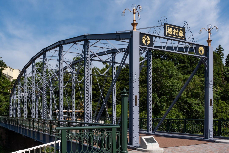 鮎沢川に架かる森村橋。昨年、明治末期の建設時の姿が見事に復元された。