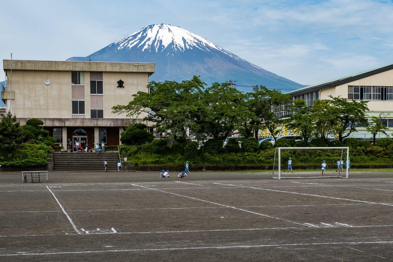 通りすがりの校舎の背後にも堂々とした姿が。