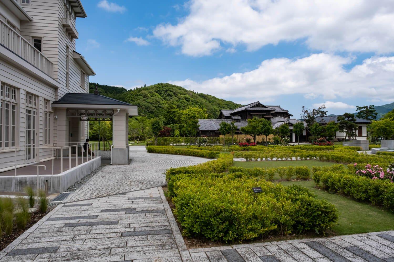 西洋館(左)や豊門会館が庭園を取り囲む整備の行き届いた豊門公園。